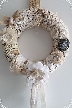 Ideas Shabby Chic Christmas Diy Lace For 2019 Couronne Shabby Chic, Shabby Chic Kranz, Shabby Chic Wreath, Shabby Chic Crafts, Shabby Chic Decor, Shabby Vintage, Vintage Crafts, Vintage Ornaments, Vintage Santas