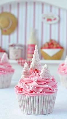 Wow, don't know who made these, but so pretty! Pink Christmas tree cupcakes