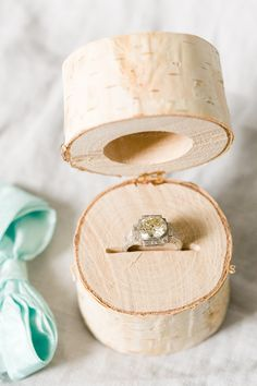 This DIY log ring box is so pretty for a rustic wedding! Keep using it after the wedding as decor or to pass down through generations! Diy Wedding Ring, Wedding Rings Vintage, Diy Wedding Favors, Wedding Boxes, Rustic Wedding, Wedding Ideas, Copper Wedding, Wedding Crafts, Wooden Ring Box