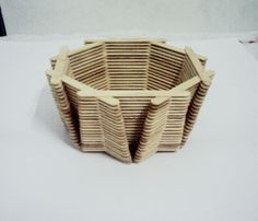 Um belo artesanato e fácil de fazer. Vaso com palitos de sorvete. Materiais: 426 palitos de picolé cola branca ...