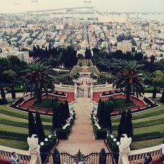 Os Jardins Bahá'í vistos do alto em Haifa (Israel). Todo esse complexo é Patrimônio da Humanidade. . . . #visitisrael #israel #haifa #middleeast #bahaigardens #holylandpics #gardens #holyplace #view #mediterranean #garden #jardins #jardim #fromabove #travel #travelblogger #travelgram #travelphotography #instatravel #wanderlust #travelblog #traveltheworld #travelpics #travelphoto#viagem #turismo #dicasdeviagem#blogdeviagem #ferias