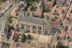 """1) STE RADEGONDE- HISTORIQUE: L'édifice, mentionné au VI°s, servit de sépulture pour les religieuses de l'abbaye. A cette époque, elle est placée sous le vocable de la Vierge, et s'appelle """"Ste Marie hors les Murs"""". Elle était construite à l'extérieur du rempart en raison de son usage funéraire; en effet la muraille gallo-romaine, bâtie à la charnière des III° et IV°s passait entre cette église et la cathédrale St-Pierre. St Pierre, Poitou Charentes, Poitiers, France, Roman, Mansions, Architecture, House Styles, Virgos"""