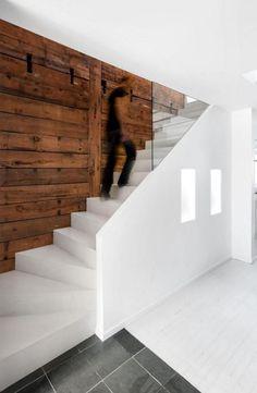 Lambris Mural Bois Et Escalier Blanc House Stairs Mezzanine Home Staging