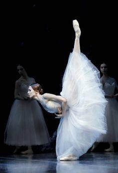 Svetlana Zakharova and Friedemann Vogel in Giselle photos: Francette Levieux