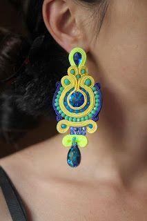 Aprende cómo hacer lindos aretes con la técnica de soutache ~ lodijoella Soutache Earrings, Beaded Earrings, Earrings Handmade, Handmade Jewelry, Fabric Jewelry, Metal Jewelry, Jewelry Art, Passementerie, Beaded Bags
