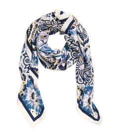 Scarf in an airy woven fabric with a printed pattern. Size 51 1/4 x 51 1/4 in.