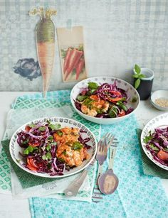 Der Salat mit Kohl und Ingwer schmeckt perfekt zu Lachs-Senf-Buletten.