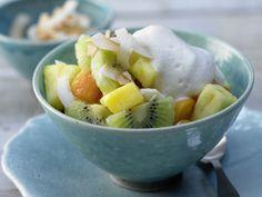 Für alle, die auf die Linie achten wollen. Tropischer Obstsalat - mit Kokos - smarter - Kalorien: 291 Kcal - Zeit: 20 Min. | eatsmarter.de