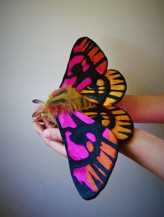 El Costurero Real produces delicate scarves that let you wrap yourself in the wings of a butterfly or moth. The Granada-based shop is inspired by the beaut Beautiful Bugs, Beautiful Butterflies, Butterfly Art, Butterfly Dragon, Monarch Butterfly, Fabric Butterfly, Insect Art, Bugs And Insects, Soft Sculpture