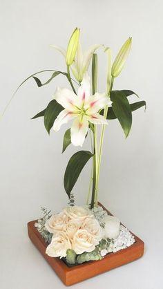 Centros de mesa Ikebana Arrangements, Silk Floral Arrangements, Tropical Flowers, Fresh Flowers, Arreglos Ikebana, Topiary Centerpieces, Deco Zen, Church Flowers, Happy Flowers