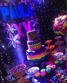 De outra perspectiva, a mesa do bolo. Neon Birthday, 13th Birthday Parties, Birthday Party For Teens, 16th Birthday, Neon Cakes, Glow Stick Party, Sweet 16 Themes, Blacklight Party, Rock Star Party