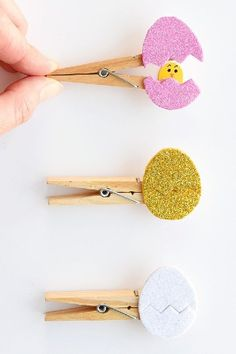 Easy Peekaboo Clothespin Eggs: Best Easter Crafts for Kids. List of simple and absolutely adorable Easter crafts and activities for kids! Easter Crafts For Toddlers, Easy Easter Crafts, Bunny Crafts, Easter Activities, Easter Crafts For Kids, Toddler Crafts, Preschool Crafts, Diy For Kids, Easy Crafts