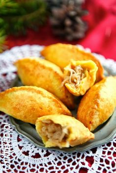 wigilijne pieczone pierogi z kapustą i grzybami (do barszczu) Appetizer Recipes, Snack Recipes, Cooking Recipes, Xmas Food, Small Meals, Polish Recipes, Savory Snacks, Appetisers, Food Inspiration