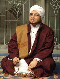 Kumpulan Foto Habib Munzir bin Fuad Al Musawa - FiqihMuslim.com Islamic Pictures, Borneo, Alhamdulillah, Muslim Women, Islamic Quotes, Quran Quotes, Dan, Singing, Hipster