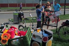 Beim Agenda Ideentransporter im Mai 2013 war der Lebensmittel•Donaustadt mit dabei. PassantInnen konnten sich über das Projekt informieren. Transporter, Mai, Baby Strollers, Children, City, Foods, Projects, Baby Prams, Young Children