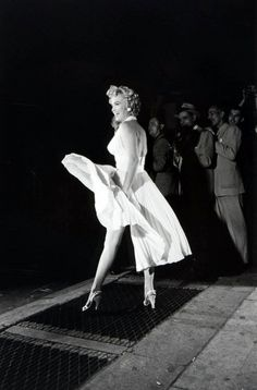 Marilyn Monroe, New York City, USA, during the filming of 7 Year Itch. Photo by Elliott Erwitt. Robert Mapplethorpe, Annie Leibovitz, Richard Avedon, Arte Marilyn Monroe, Marilyn Monroe Outfits, 7 Year Itch, Pin Up, Bert Stern, Cinema Tv
