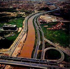 Marginal do Rio Tietê com destaque para o estádio da Portuguesa  na margem direita ainda sendo construído (seria inaugurado em 1972), e na margem oposta apenas a presença do prédio da Ericsson. Crédito: http://www.saopauloantiga.com.br/