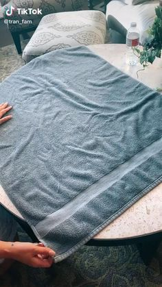 Household Cleaning Tips, House Cleaning Tips, Diy Cleaning Products, Diy Clothes Life Hacks, Clothing Hacks, Simple Life Hacks, Useful Life Hacks, Diy Fashion Hacks, How To Fold Towels
