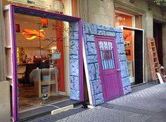 Montando la fachada de Mytea para el evento Tiendas de Cine con ocasión del Festival de Cine de San Sebastián