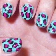 Combinación de colores para tener un diseño de uñas Animal Print