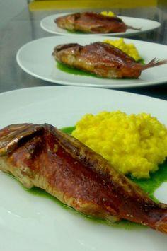 Salmonete ahumado con risotto al azafrán y jugo de perejil