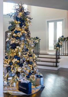 Blue Christmas Tree Decorations, Elegant Christmas Trees, Silver Christmas Tree, Christmas Tree Design, Christmas Home, Xmas Tree, Merry Christmas, Christmas Shop Displays, Christmas Tree Inspiration