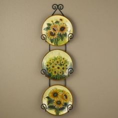 Love these themed sunflower plates displayed in a simple black plate hanger. Mexican Kitchen Decor, Kitchen Decor Signs, Kitchen Decor Themes, Kitchen Ideas, Room Decor, Sunflower Themed Kitchen, Sunflower Kitchen Decor, Sunflower Art, Sunflower Design