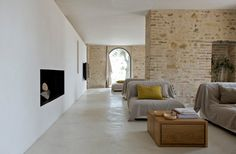 The Casa Olivi Renovation by Wespi de Meuron in Treia, Italy is a traditional Tuscan home whose interior has been entirely transformed. Farmhouse Remodel, Farmhouse Interior, Farmhouse Design, Italian Farmhouse, Italian Home, Living Room Modern, Living Spaces, Living Area, Quinta Interior