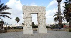 """Израиль.Яффо. Четырёхметровая скульптура """"Врата веры"""".Под аркой памятника положено загадывать желания."""