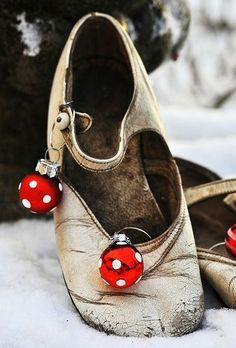 Tiny shoe ready for Christmas | http://translate.googleusercontent.com/translate_c?depth=1=en=UTF8=translate.google.fr=fr=en=http://paysdemerveille.canalblog.com/archives/2011/12/19/23002289.html=ALkJrhjpCclkQanPNQxA3esnRW7K0I_5DA