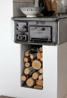 Seventeen doors, I love this stove/oven! Tiny Wood Stove, Stove Fireplace, Piece A Vivre, Tiny Spaces, Country Kitchen, Cottage Style, Kitchen Design, Sweet Home, Swedish Farmhouse