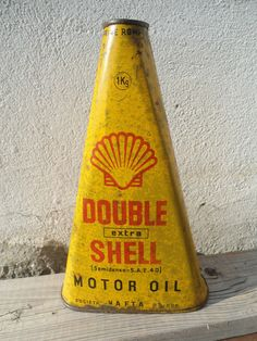 Ancien bidon d'huile Oil Can Renault 1930 Shell Yacco Vintage Oil Cans, Vintage Bottles, Vintage Tools, Vintage Signs, Old Gas Pumps, Vintage Gas Pumps, Monster Garage, Shell Gas Station, Antique Phone