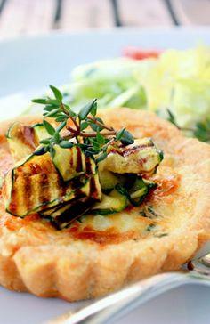 Rezept für Mini-Tartes mit Polentaboden und gegrillter Zucchini