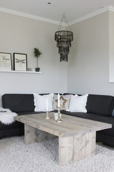 Fridas lille hjem: DIY-STUEBORD huge canvas in the living room Ein paar echt gute Ideen zum Wohnen Table En Bois Diy, Diy Table, Wood Table, Diy Coffee Table Plans, Rustic Coffee Tables, Rustic Table, Coffee Table Inspiration, Coffee Ideas, Home Design Plans