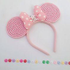 Olá pessoal tudo bom com vocês   Está semana publiquei em meu canal uma série com 3 vídeos onde compartilho como faço as minhas tiaras da Mi... Minnie Mouse Headband, Disney Headbands, Kids Headbands, Mickey Mouse Ears, Disney Ears, Minnie Mouse Party, Barrettes, Hairbows, Diy Hair Bows