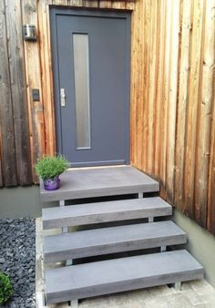 Our concrete platform aulico: The gray concrete and the warm wood tones of the house facade … - Modern Stair Treads, Modern Stairs, Pallet Outdoor, Boho Patio, Stair Balusters, Concrete Houses, Door Picture, Diy Porch, Stairs