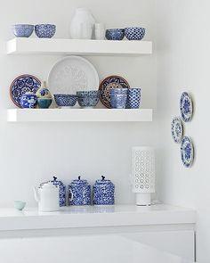 White with blue accessoires / witte keuken met blauw servies