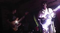 光るギターを持った外人さんに急遽ベンチャーズのセッションを頼まれるルーパーマッキー。