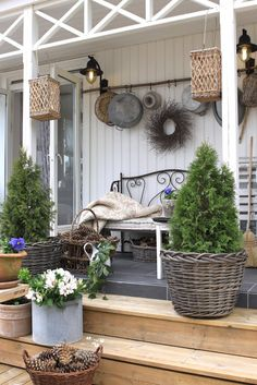 Rustic Porch Display - this is a pretty display, with very inexpensive ideas - Sjarmerende GJENBRUK