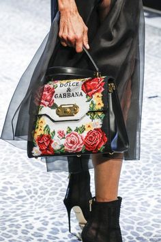 See detail photos for Dolce & Gabbana Fall 2017 Ready-to-Wear collection.