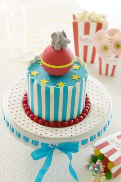 Circus cake - how do they achieve a striped and even layer???