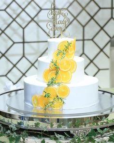 オーダーされたのはオレンジ、グリーンでデコレーションされた爽やかなウェディングケーキ。こちらのデザインは、ネットで見たものを参考にオーダーされたのだそう。見た瞬間とっても可愛くて幸せだった、とご新婦さま。 ゴールドのトッパーがアクセントになったとってもお洒落なウェディングケーキですね♡