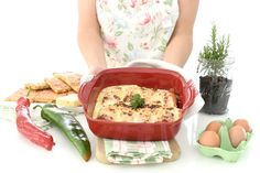 Huevos rellenos con jamón al gratén. Receta de huevos rellenos con un toque especial, para que no sean el entrante de siempre. Con un poco de jamón, bechamel y queso, harás magia.
