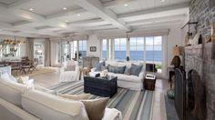 Coastal maison de plage avec canapés blancs de slipcover côtières et bande bleue tapis