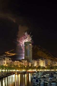 Fireworks Bonfire of the City Hall of Alicante. Falò Fuochi d'artificio del Comune di Alicante.  visit: adolphotography.blogspot.com.es/   Аренда апартаментов в Аликанте Отдых в Аликанте, Испания http://domiknakostablanka.com/