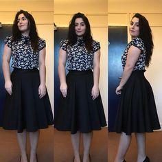 #lookdodia: Inspiração meiga para começar a semana. Saia godê midi preta e no blusa floral com detalhe de laço na gola. O sapato cortou na foto, mas é o meu salto alto preto de guerra . Adoro looks românticos e acho que essa foi uma boa forma de usar o floral sem ficar enjoativo. O que acharam? . . . #modesty #modestia #modestymatters #modestiasemfrescura #fashion #fashionblogger #christianblogger #lookoftheday #ootd #outfitoftheday #tbt #catholic #catholicism #trend #makeup…