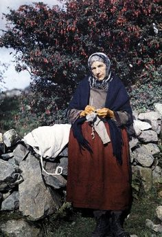 A woman knits wool clothing under a fuchsia tree.In a National Geographic photographer documented the Emerald Isle with one of the first color photography processes. Irish Free State, National Geographic Photographers, Art Du Fil, Irish People, Vintage Knitting, Vintage Wool, Color Photography, Urban Photography, Colorful Pictures