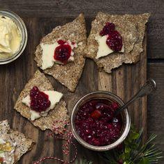 Lingonmarmelad med päron och kryddad med kanel passar perfekt med en bit ost på en liten bit knäckebröd. Preserves, Ost, Dairy, Cheese, Inspiration, Biblical Inspiration, Preserving Food, Inhalation