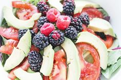 Salad Recipes Berry & Avocado Salad With Cilantro Dressing! This healthy salad recipe is perfe… Clean Eating Diet Plan, Clean Eating Recipes, Cooking Recipes, Good Food, Yummy Food, Tasty, Delicious Fruit, Healthy Snacks, Healthy Eating