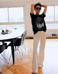 Combine a T-Shirt vintage com pantalona branca.